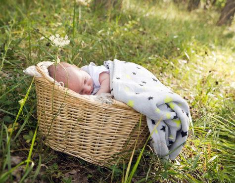 Photographe nouveau-né en extérieur